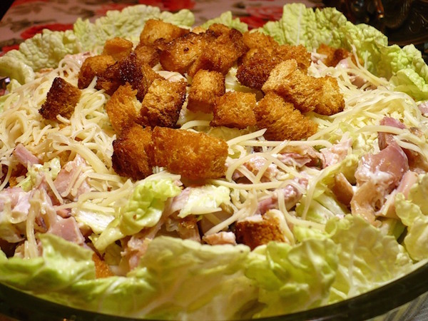 Салат с креветками сухариками и сыром