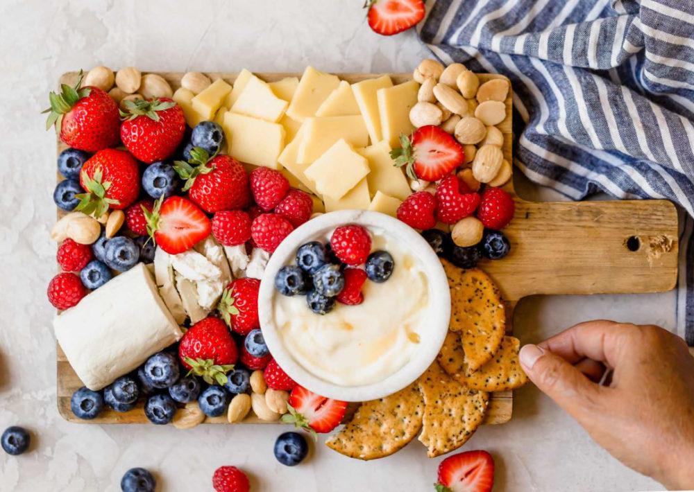 Сыр и ягоды